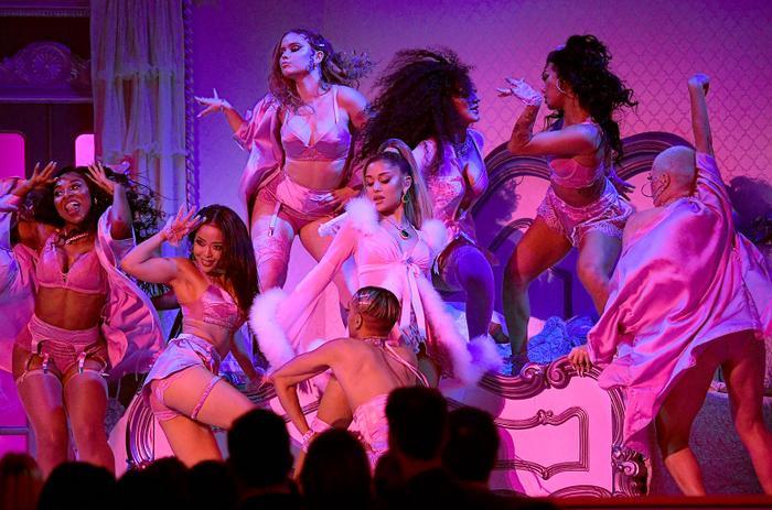 Ariana xuất hiện lộng lẫy ở cả thảm đỏ lẫn lên sân khấu.