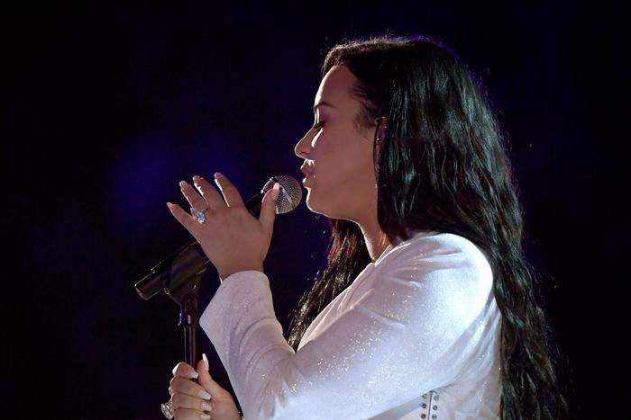 Ariana giật spotlight, đại diện châu Á BTS gây ấn tượng cùng loạt tiết mục cứu rỗi mùa Grammy thảm hoạ ảnh 10