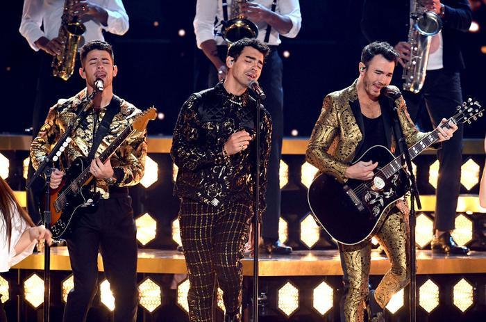 Ariana giật spotlight, đại diện châu Á BTS gây ấn tượng cùng loạt tiết mục cứu rỗi mùa Grammy thảm hoạ ảnh 17