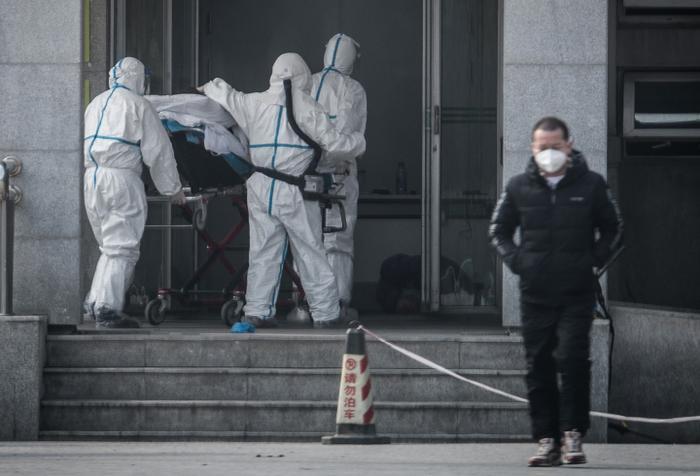 Chuyển bệnh nhân nghi nhiễm virus corona giống SARS (gây bệnh viêm đường hô hấp cấp) tại bệnh viện Jinyintan ở thành phố Vũ Hán, Trung Quốc ngày 18/1/2020. (Ảnh: AFP)