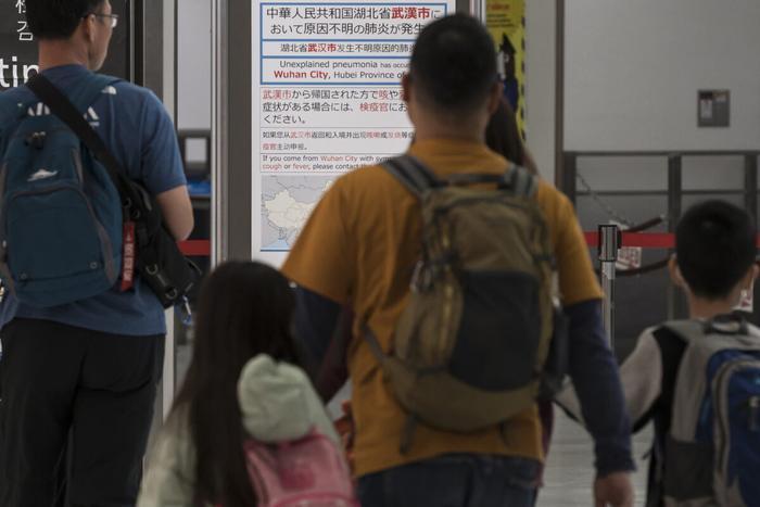 Tất cả du khách đến từ thành phố Vũ Hán của Trung Quốc đều được kiểm tra thân nhiệt nhằm đề phòng nguy cơ lây lan chủng virus mới corona gây bệnh viêm phổi lạ tại Nhật Bản. (Ảnh: Tomohiro Ohsumi/Getty Images)
