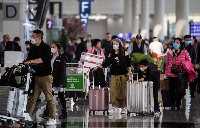 Hành khách đeo khẩu trang để phòng tránh lây nhiễm virus corona tại sân bay quốc tế Hong Kong. (Ảnh: AFP)