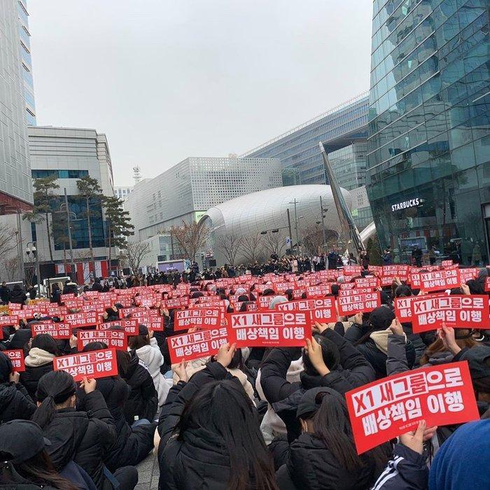 Các fan X1 đến biểu tình.