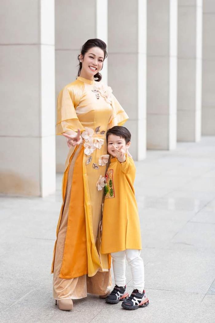 2 mẹ con nữ diễn viên đã tranh thủ thời gian cùng nhau đi chụp bộ ảnh áo dài đón Tết.