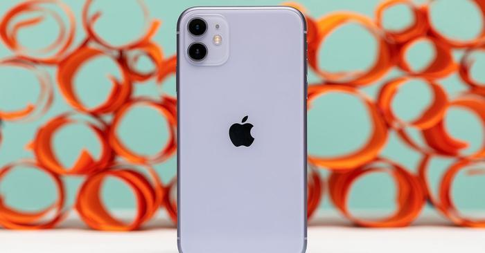 iPhone 11 là dòng iPhone giá thấp nhất Apple trình làng trong năm 2019. Ở Việt Nam, chiếc máy này có giá bán lẻ chính hãng khởi điểm 21,99 triệu đồng và nằm ở phân khúc cao cấp. (Ảnh: The Verge)