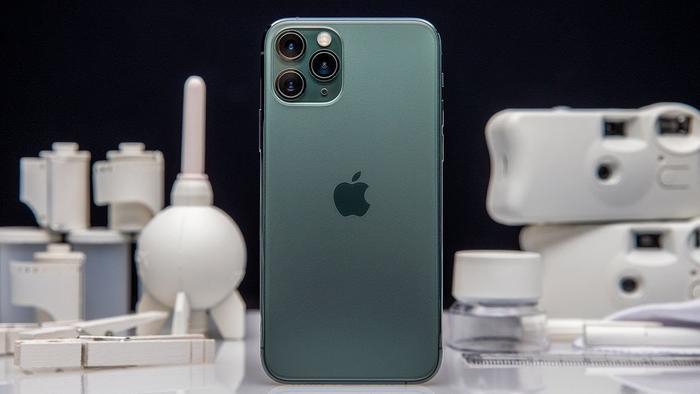iPhone 11 có camera kép ở mặt lưng, trong khi đó iPhone 11 Pro và Pro Max có ba camera sau. (Ảnh: The Verge)