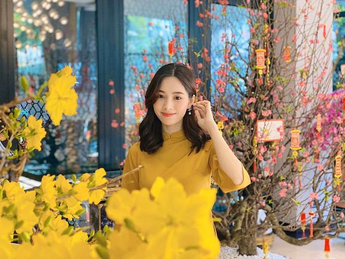 Ngày đầu Xuân cựu Hoa hậu Việt Nam 2012 trung thành với tà áo dài truyền thống, trang điểm nhẹ nhàng.