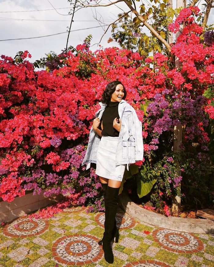 Cũng như mọi năm, H'Hen Niê luôn chọn quê nhà Đắk Lắk để vui Xuân đón Tết nhưng không vì vậy top 5 Miss Universe không chú trọng vào những outfit ấn tượng cho những ngày đầu năm. Chân váy, áo thun cổ lọ, kết hợp một chiếc áo khoác jean cùng đôi boots đen trông khá giản dị nhưng không làm mất đi vẻ cá tính của chân dài Ê Đê.