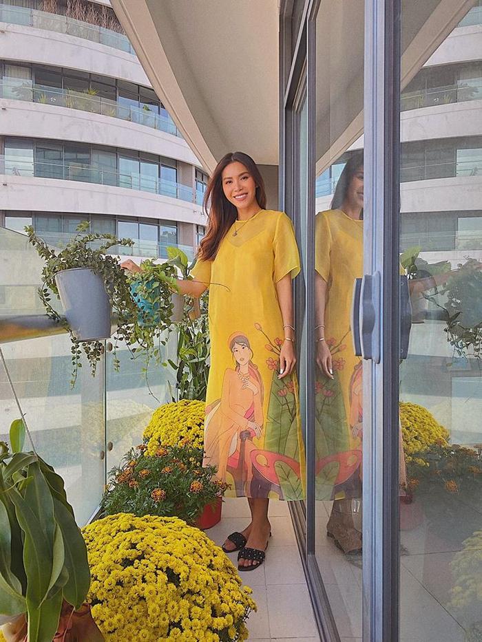 Vốn là siêu mẫu cá tính, nhưng ngày đầu năm mới Minh Tú vẫn chọn áo dài thay cho những outfit menswear thường thấy.