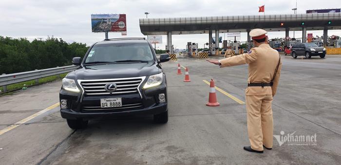 Cục Cảnh sát giao thông kiểm tra hành chính và đo nồng độ cồn trên cao tốc Hà Nội – Hải Phòng. Ảnh: Vietnamnet
