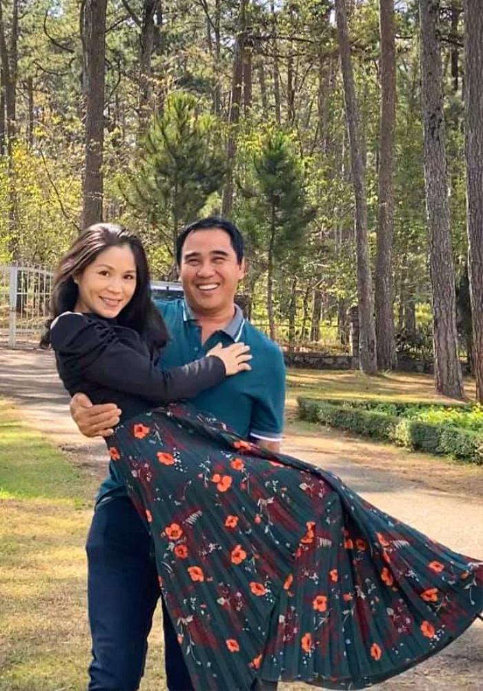 Bà xã MC Quyền Linh khoe vẻ duyên dáng, sắc sảo ở 'tuổi tứ tuần' trong loạt ảnh cùng gia đình du xuân đầu năm