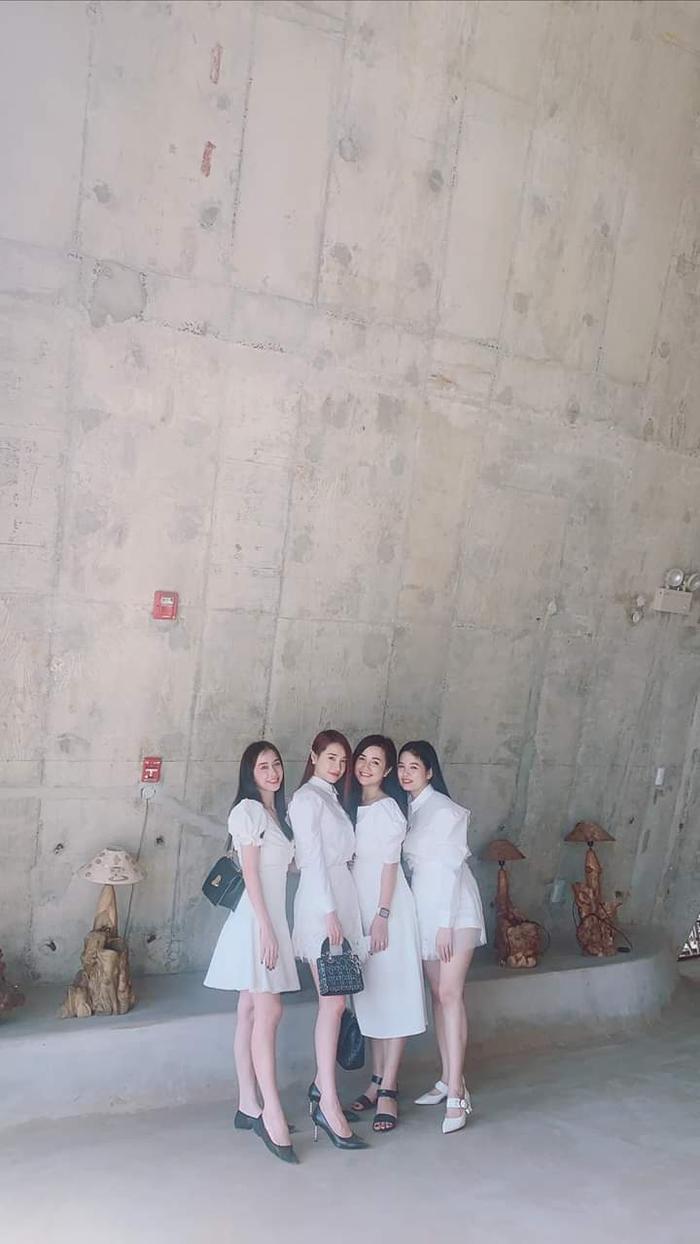 Mỗi lần xuất hiện chung của hội chị em gái nhà Nhã Phương đều mặc đầm trắng