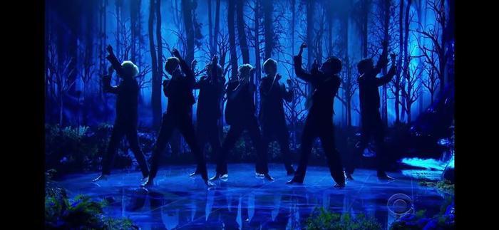 Lần đầu tiên sau 7 năm debut, BTS đi chân trần trình diễn