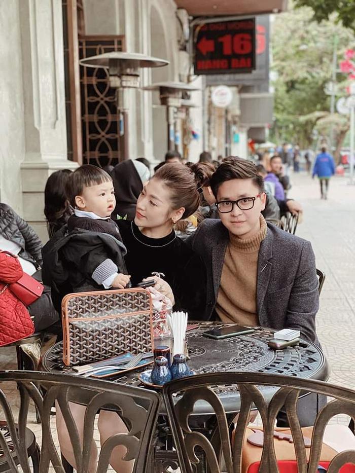 Á hậu Tú Anh đăng ảnh đi chơi Tết hạnh phúc bên chồng và con trai.