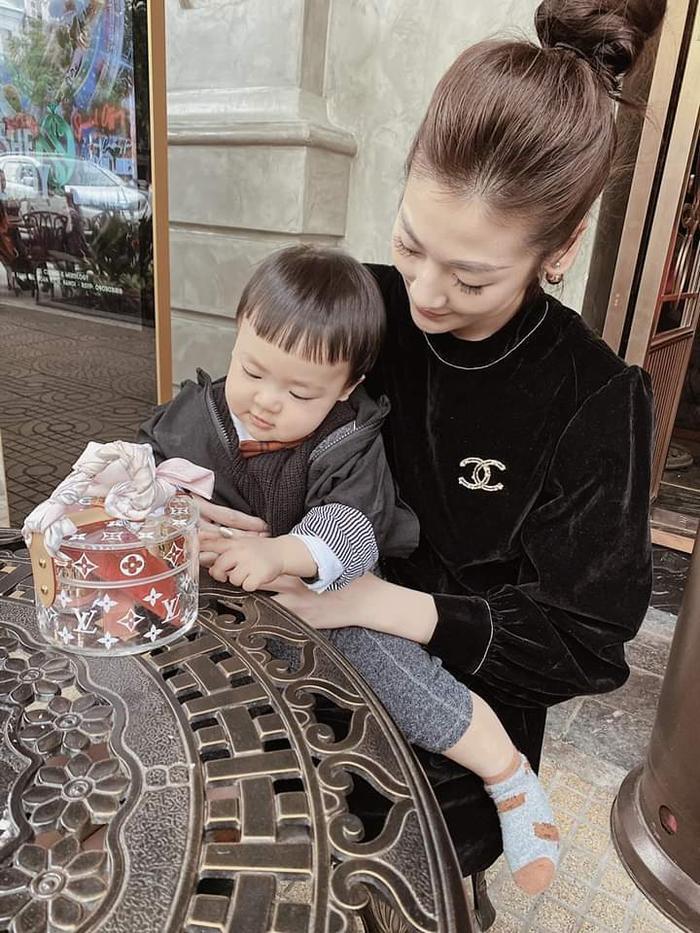 Á hậu Tú Anh khoe khoảnh khắc con trai hôn gió mẹ cực đáng yêu ảnh 3