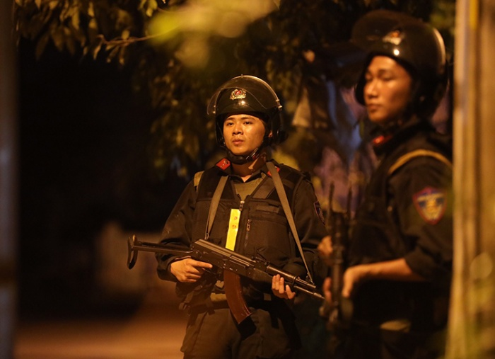Cảnh sát siết chặt vòng vây nơi nghi can Tuấn còn lẩn trốn. Ảnh:Hữu Khoa/VnExpress