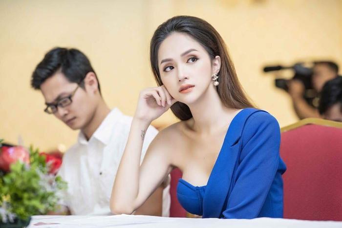 """Sở hữu mái tóc dài và dày óng đáng ngưỡng mộ, Hương Giang thường chọn cho mình kiểu tóc """"đặc sản"""" như thế này."""