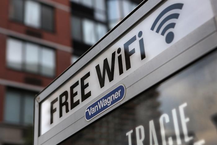 Wi-Fi miễn phí dù tiện dụng song lại tiềm ẩn rất nhiều rủi ro về rò rỉ thông tin và bảo mật. (Ảnh: CNET)
