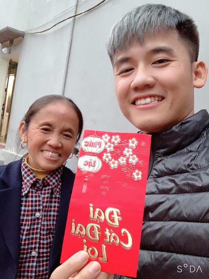 Bà Tân và con trai chúc Tết mọi người nhân dịp Tết Canh Tý 2020.(Ảnh: Bà Tân Vlog)