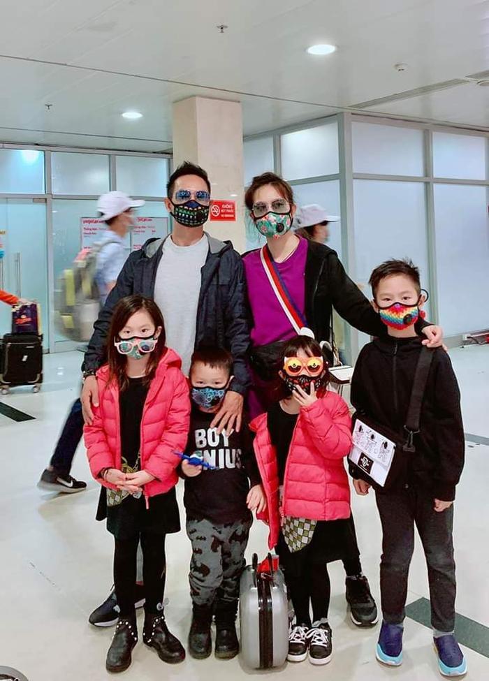 Gia đình Lý Hải và Minh Hà dù đang đi du lịch đầu năm nhưng các thành viên vẫn trang bị khẩu trang kỹ lưỡng