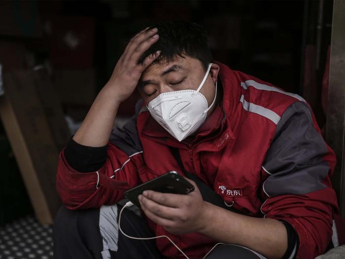 Ngoài tay nắm cửa, những nơi khác có thể chứa mầm bệnh virus corona là điện thoại di động, bàn phím máy tính và van nước. (Ảnh: Getty Images)