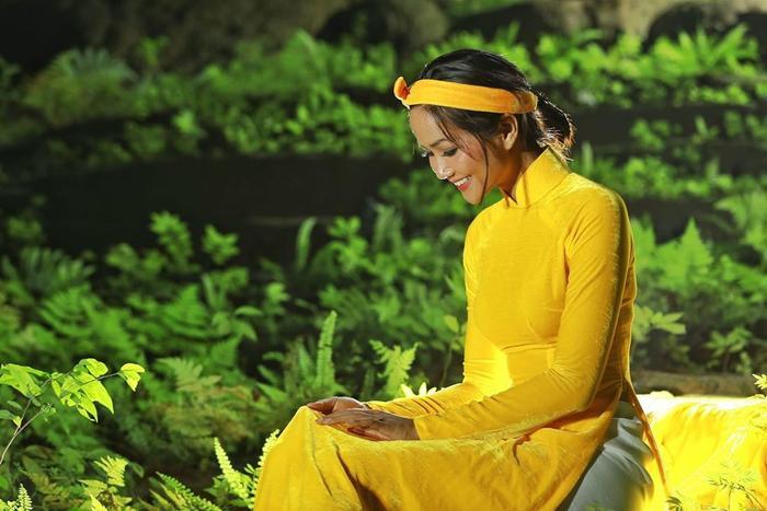 HHen Niê đẹp tinh khôi khi diện áo dài giữa hang Sơn Đoòng, không chỉ đẹp mà còn đầy ý nghĩa ảnh 3
