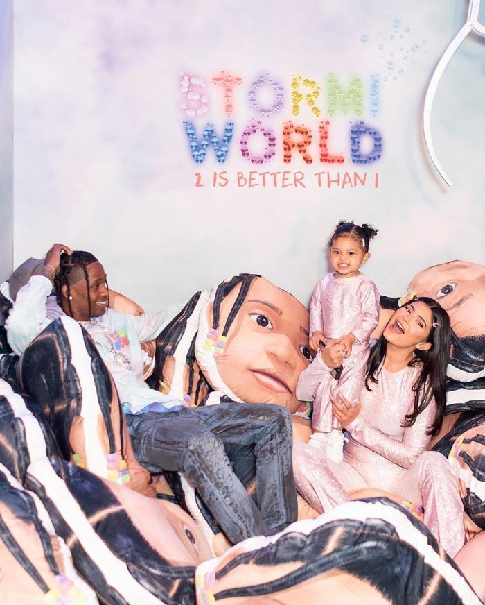 Với bữa tiệc mừng tuổi lên 2 cho con gái, Jenner và Travis Scott đã chi vô cùng mạnh tay để tạo ra những kỷ niệm đẹp cho cô bé Stormi