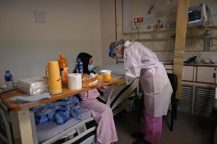 """Ngay sau khi biết tin 9X trở về từ """"tâm dịch"""" Vũ Hán, các y, bác sĩ đã tiến hành cách ly để theo dõi. Ảnh minh họa: CNN"""