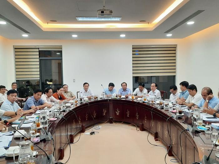 Cuộc họp tại Cà Mau về phòng chống dịch Corona tối 4-2-2020. Ảnh: PLO