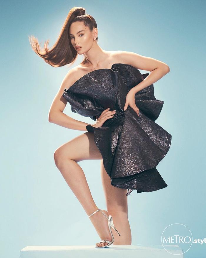 Bên cạnh những hình ảnh trong sự kiện, cựu Miss Universe 2018 còn tung ra các bộ ảnh thời trang, đánh dấu bước chuyển mình mạnh mẽ