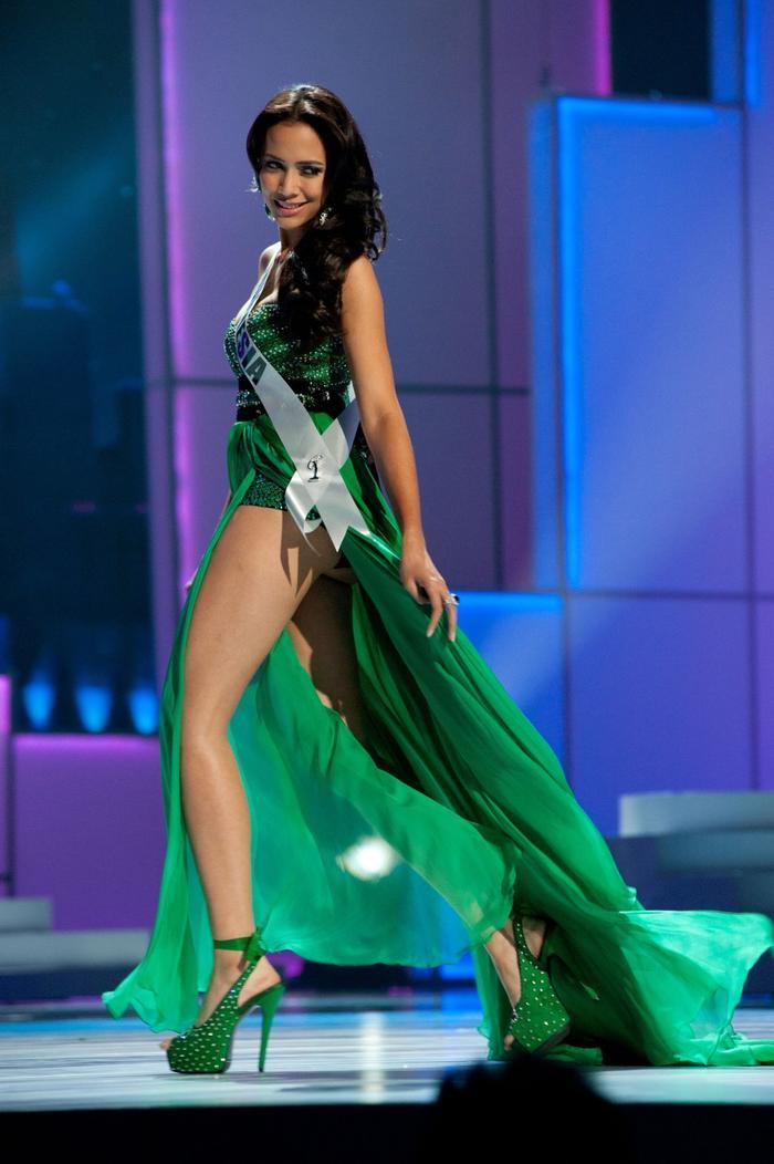Bộ cánh là sự kết hợp giữa bodysuit với tà váy bay bổng. Dù trình diễn khá ấn tượng nhưng Hoa hậu đất nước vạn đảo vẫn chưa thể ghi tên mình vao top bán kết.