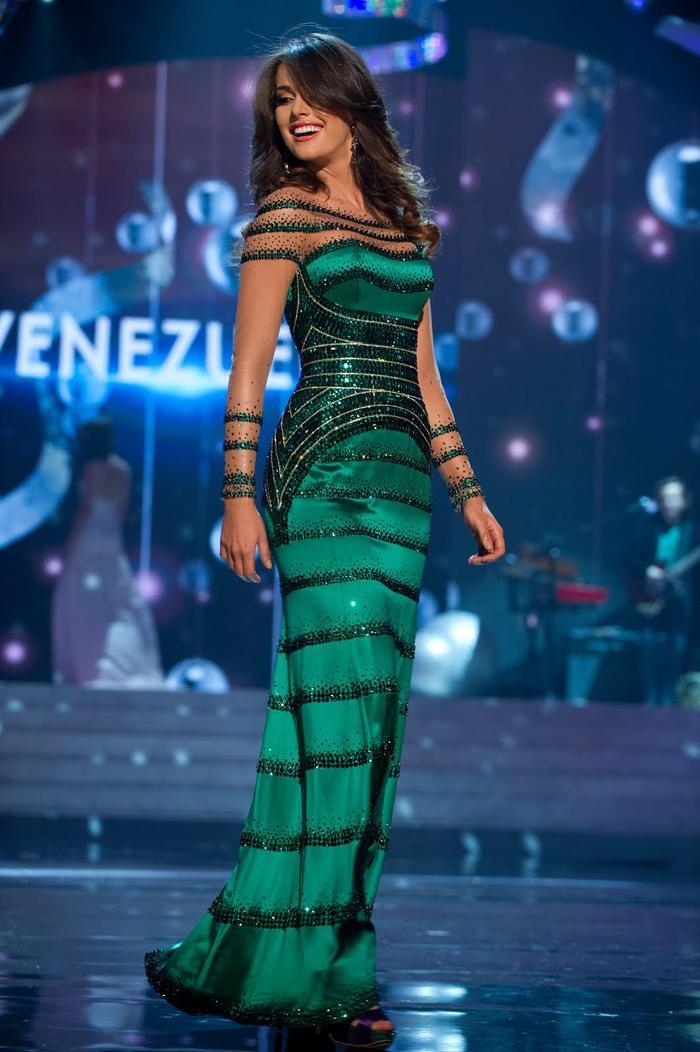 Chiếc váy được ví như hình cây thông đã được Irene Esser diện trong đêm thi chung kết. Màn trình diễn điêu luyện của mỹ nhân cường quốc Hoa hậu đã cộng hưởng vào chiếc váy khá lớn.