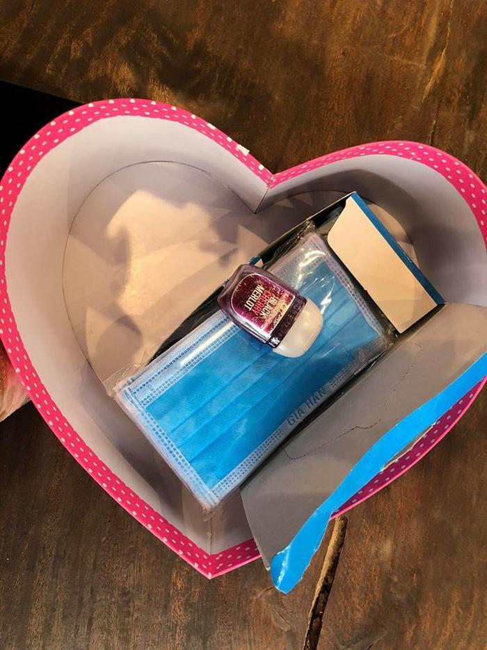 Nội dung bên trong hộp quà trái tim mà Ưng Hoàng Phúc tặng cho bà xã Kim Cương chính là… một hộp khẩu trang cùng gel rửa tay khô