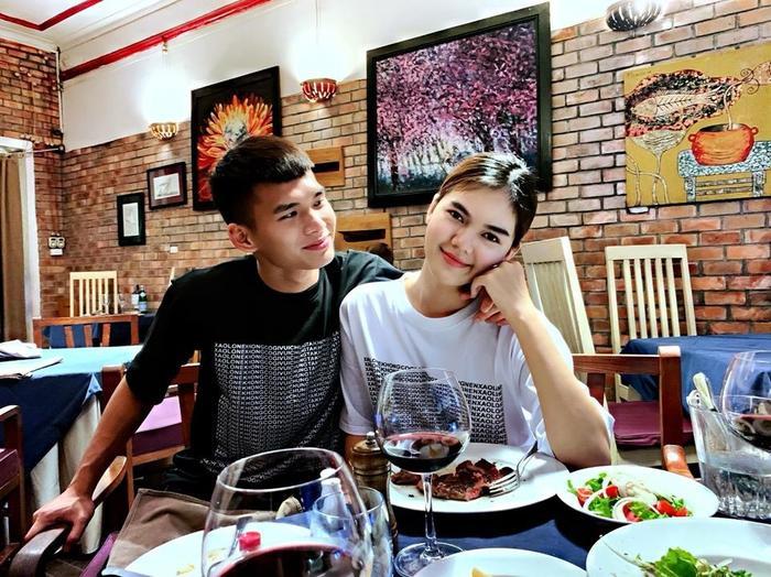 Chàng trung vệ U21 Việt Nam thường xuyên đăng ảnh tình tứ bên Ngọc Trinh, cũng như có những màn thả thính cực chất.