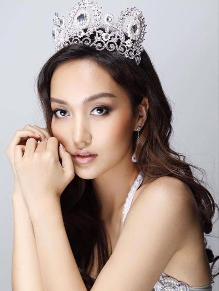 Azzaya Tsogt Ochir giành vương miện 3 cuộc thi sắc đẹp Miss International Mongolia 2015 – Miss Asia 2018 và Miss Earth Mongolia 2019.