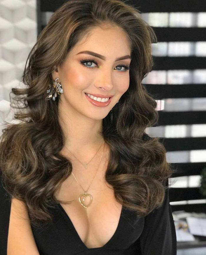 Yuridia Duran vừa mới đăng quang ngôi vị Miss International Mexico 2020. Tuy nhiên, Miss Charm diễn ra trước, cô nàng bất ngờ được đề cử tranh tài khiến nhiều fan bối rối.