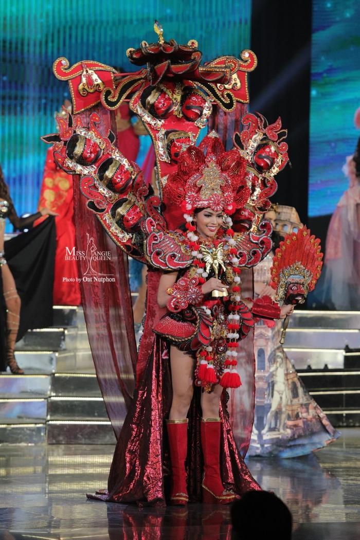 Trang phục truyền thống của Indoneisa được thiết kế cầu kì, bắt mắt với vô số chiếc mặt nạ đỏ.