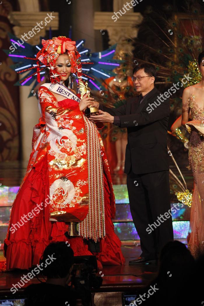 Hoa hậu Nhật Bản trong khoảnh khắc nhận giải thưởng Trang phục dân tộc đẹp nhất mùa giải năm 2012.
