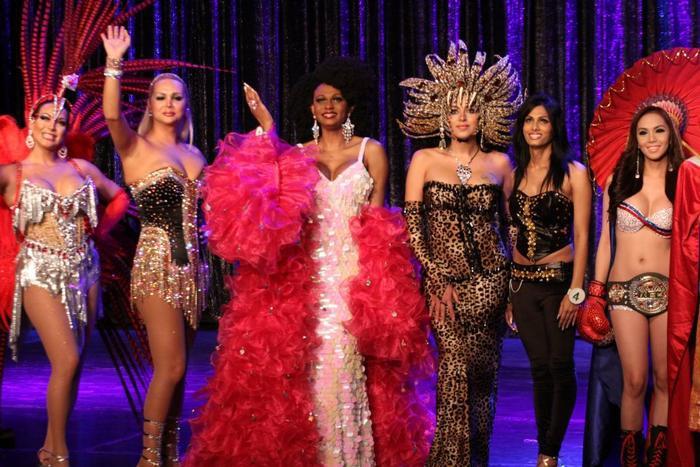 Hoa hậu Brazil cùng dàn thí sinh trong trang phục dân tộc.