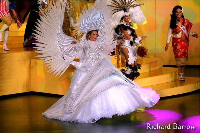 """Tuy nhiên ánh sáng trên sân khấu Miss International Queen chưa thể giúp bộ trang phục """"tỏa sáng"""" hết nấc."""