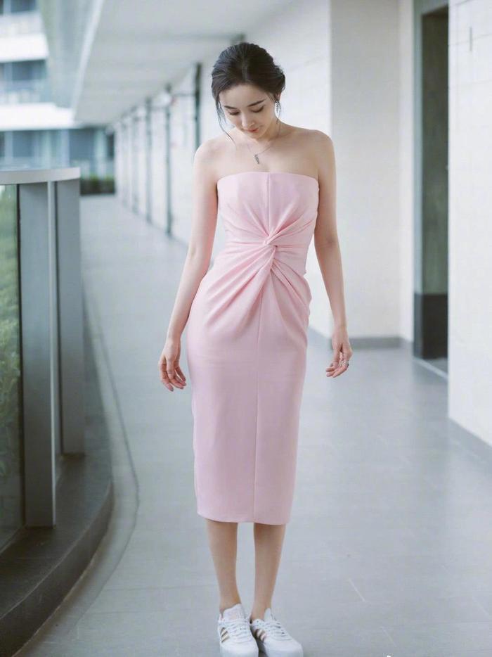 Cặp chị em Dương Mịch  Địch Lệ Nhiệt Ba nền nã trong chiếc váy hồng phấn, xao xuyến bao nhiêu cho đủ ảnh 4