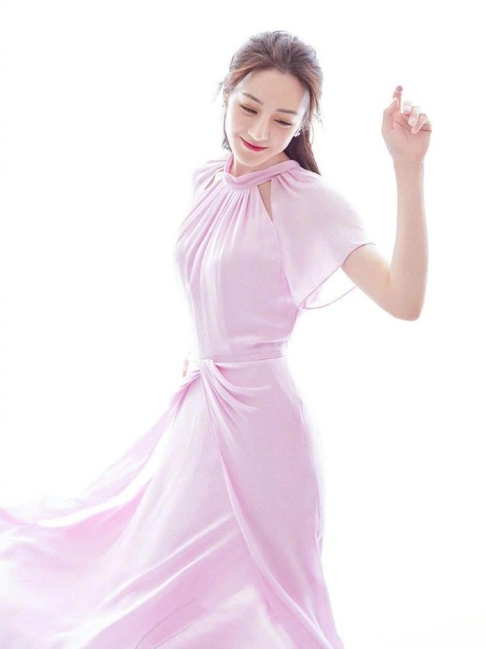 Cặp chị em Dương Mịch  Địch Lệ Nhiệt Ba nền nã trong chiếc váy hồng phấn, xao xuyến bao nhiêu cho đủ ảnh 2