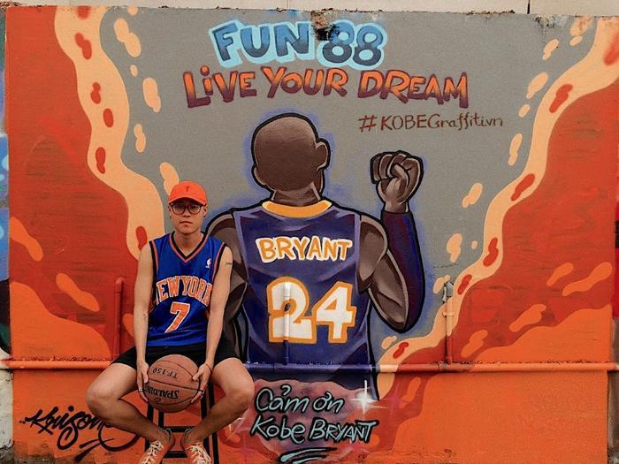 Fan hâm mộ Kobe Bryant tại Sài Gòn đã đến chụp ảnh để tưởng nhớ về huyền thoại.
