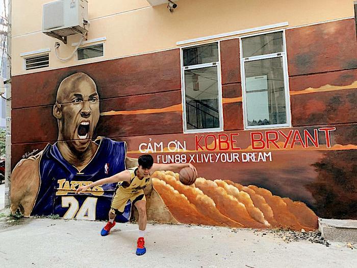 Fan bóng rổ tại Đà Nẵng cũng tranh thủ chụp hình cùng thần tượng.