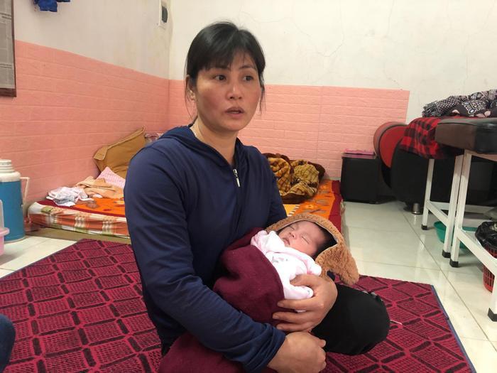 Chị Phạm Thị Tuyết (bác ruột cháu bé) chia sẻ, nghĩ thương cháu bé quá mà chẳng biết làm thế nào được.