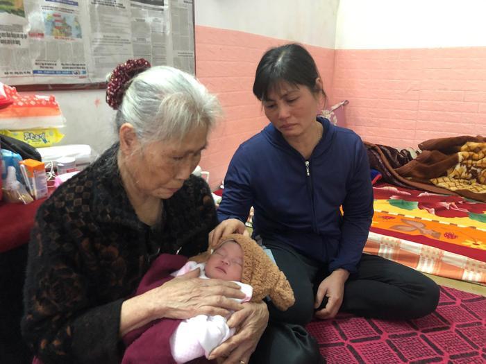 Vừa chào đời được 15 ngày bé Thảo phải chịu cảnh mất cả cha lẫn mẹ.