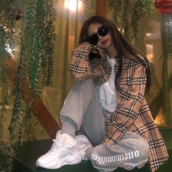 Qri cũng đã từng sử dụng một đôi giày do fan Việt tặng và khoe ảnh trên instagram.