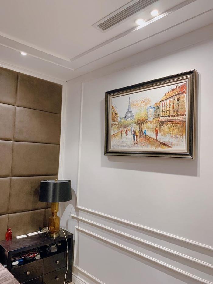 Một góc bức tường được treo bức tranh