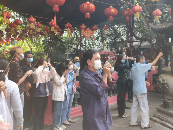 Giữa dịch virus corona, đông đảo người dân TP HCM đi chùa ngày Rằm tháng Giêng, vừa lễ phật vừa đeo khẩu trang phòng bệnh ảnh 7