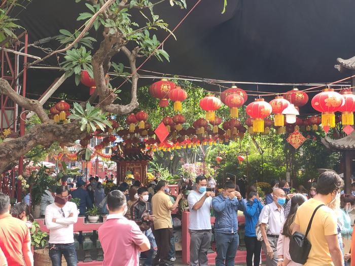 Giữa dịch virus corona, đông đảo người dân TP HCM đi chùa ngày Rằm tháng Giêng, vừa lễ phật vừa đeo khẩu trang phòng bệnh ảnh 1